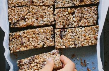 Comer bem e ser feliz: barritas de quinoa com sementes de girassol e sésamo