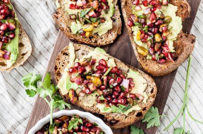pequeno-almoço fácil e bom: tosta de abacate com pistácios e romã